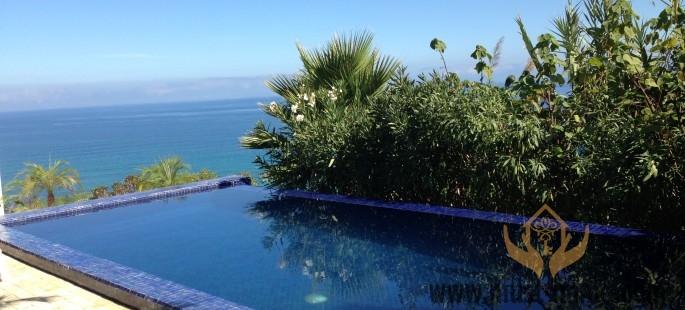 Maison d'artiste contemporaine vue sur mer avec piscine