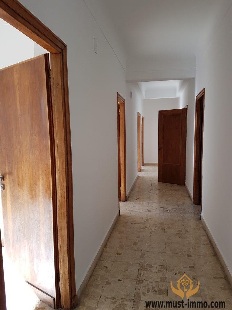 Bureau spacieux récement rénove étage élevé                        centre ville