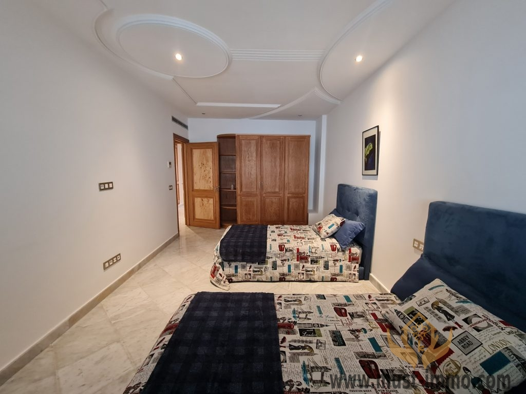 Location appartement meublé avec piscine, terrasse, patio verdoyant centre ville, IBERIA